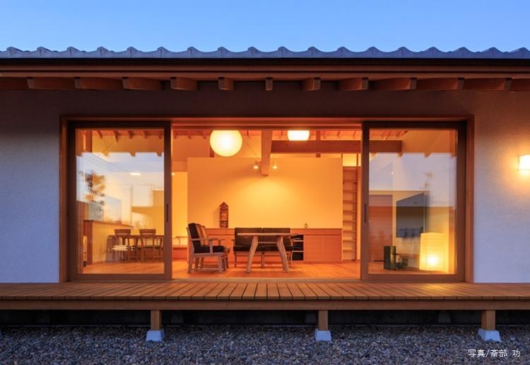 素直な家の部屋 庭から眺めるリビング