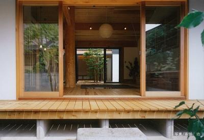 リビングを通して眺める中庭 (風の家)