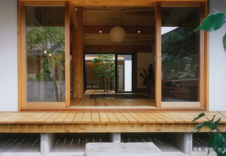 風の家の部屋 リビングを通して眺める中庭