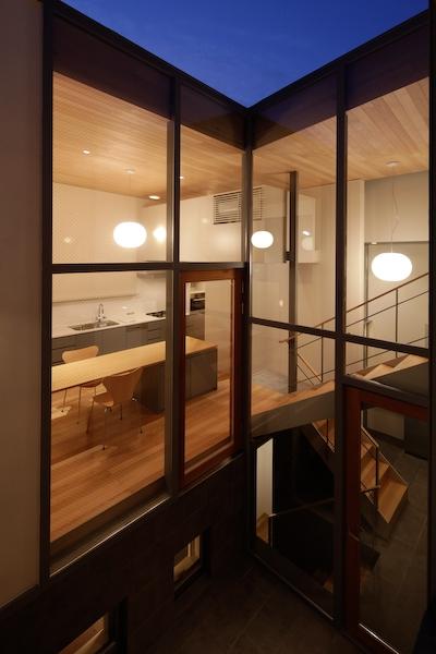 YM houseの部屋 外から眺めるリビングダイニング