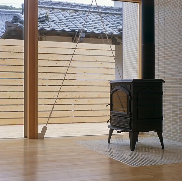 前原の家の部屋 薪ストーブ(撮影:小倉康正)