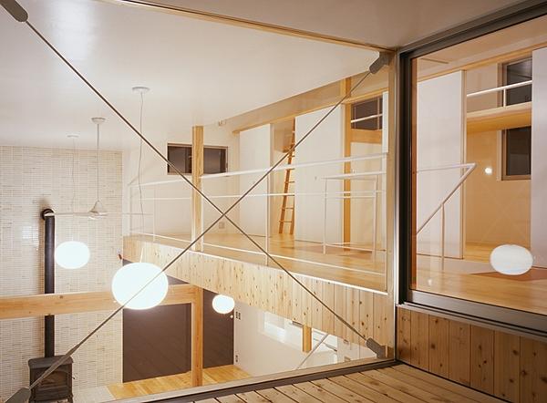 前原の家の部屋 テラスから眺めるファミリースペース(撮影:小倉康正)