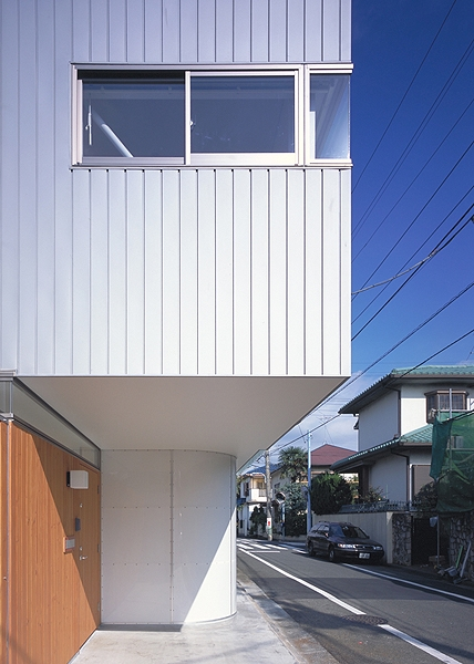 IZ HOUSE (外観-玄関(撮影:平井広行))