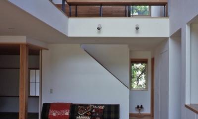 庭に開いた吹き抜けの家 (リビング階段)