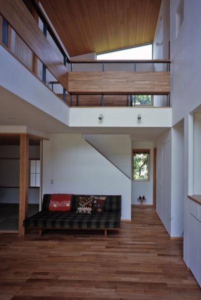 リビング階段 (庭に開いた吹き抜けの家)