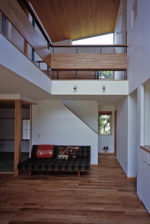 庭に開いた吹き抜けの家の写真 リビング階段