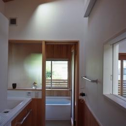 庭に開いた吹き抜けの家 (浴室)