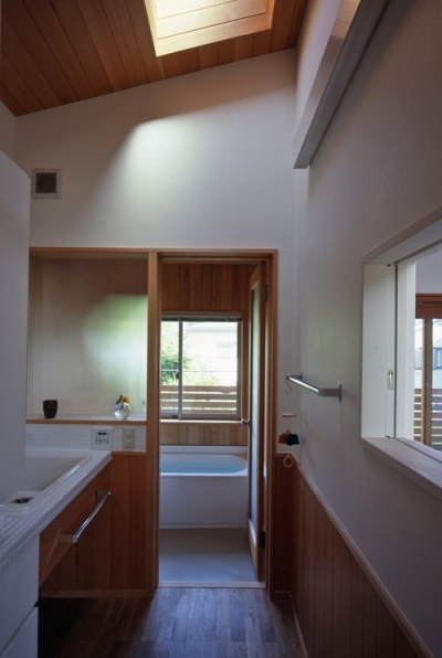 浴室 (庭に開いた吹き抜けの家)