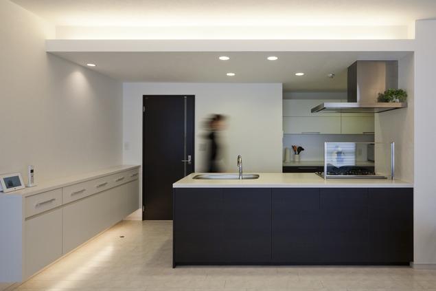 リノベーションでワインの似合うゴージャスシンプルモダンな住まいにの写真 キッチン1