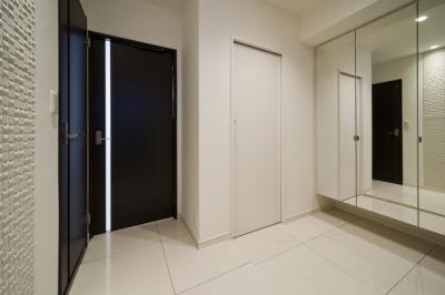 玄関1 (リノベーションでワインの似合うゴージャスシンプルモダンな住まいに)