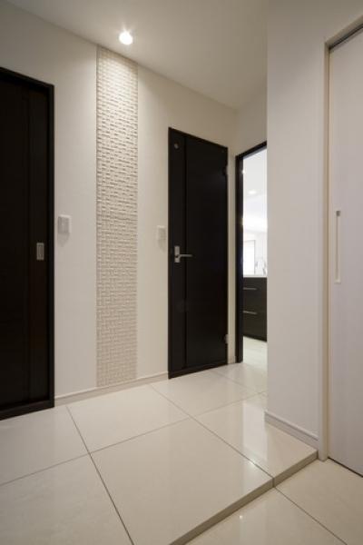 玄関2 (リノベーションでワインの似合うゴージャスシンプルモダンな住まいに)