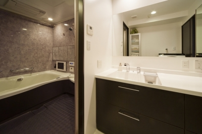 バス・洗面室 (リノベーションでワインの似合うゴージャスシンプルモダンな住まいに)