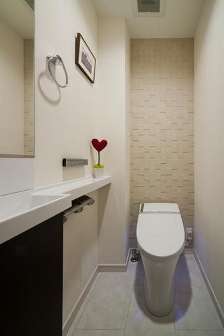 リノベーションでワインの似合うゴージャスシンプルモダンな住まいにの写真 トイレ
