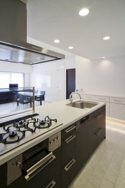 キッチン2 (リノベーションでワインの似合うゴージャスシンプルモダンな住まいに)