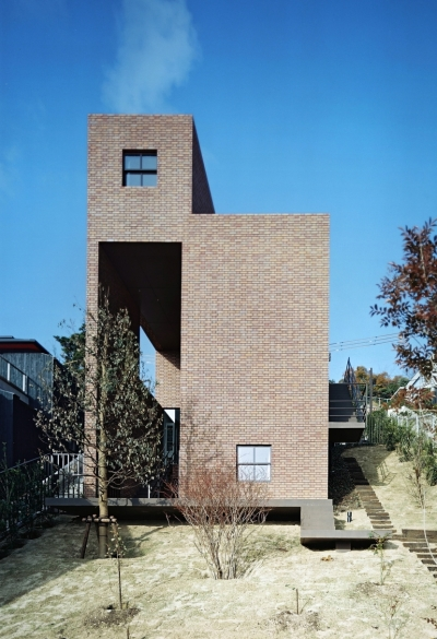傾斜地の家 (東側全景)