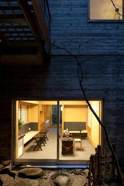 中庭からの夜景 (小間・広間・立礼席  RC住宅の1階に和の空間)