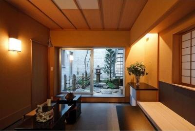 小間・広間・立礼席  RC住宅の1階に和の空間 (土間より中庭を見る)