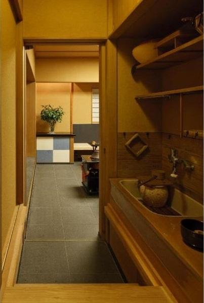 小間・広間・立礼席  RC住宅の1階に和の空間の写真 水屋は床板を外すとミニキッチンに早変わりする