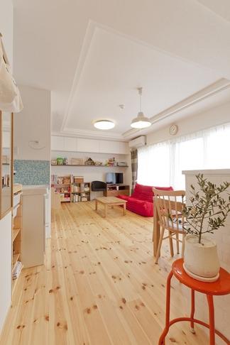 柔らかな印象の無垢材を多用し、明るく、風通しよく、楽しい空間にリノベーション (リビング)