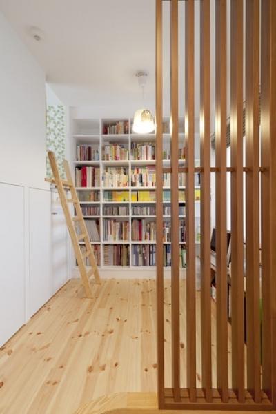 書斎 (柔らかな印象の無垢材を多用し、明るく、風通しよく、楽しい空間にリノベーション)
