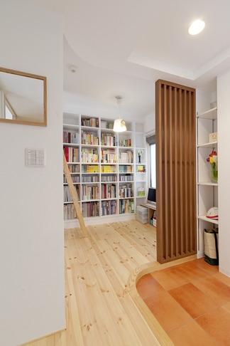 柔らかな印象の無垢材を多用し、明るく、風通しよく、楽しい空間にリノベーション (玄関・書斎)
