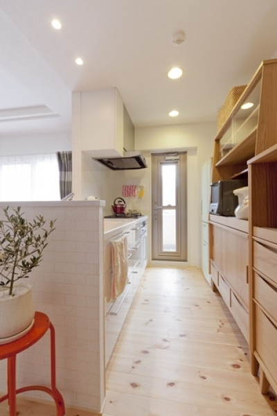 キッチン (柔らかな印象の無垢材を多用し、明るく、風通しよく、楽しい空間にリノベーション)