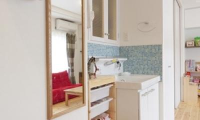 柔らかな印象の無垢材を多用し、明るく、風通しよく、楽しい空間にリノベーション (洗面台)