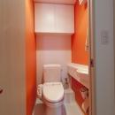 柔らかな印象の無垢材を多用し、明るく、風通しよく、楽しい空間にリノベーションの写真 トイレ