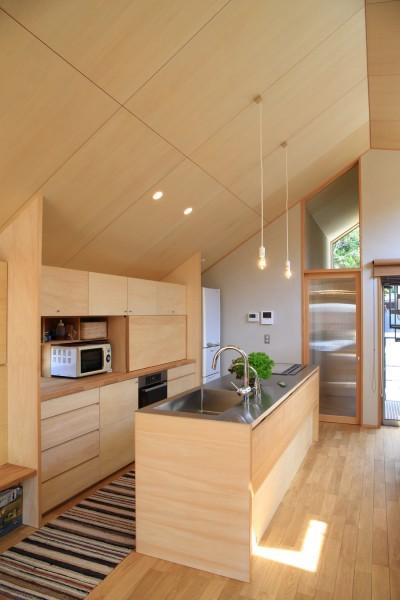 キッチン (囲まれていてものびのび暮らせる家~日当りの悪さを克服!光が降り注ぐ明るい家~)