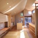 囲まれていてものびのび暮らせる家~日当りの悪さを克服!光が降り注ぐ明るい家~の写真 リビングダイニング