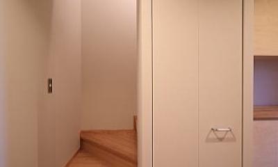 囲まれていてものびのび暮らせる家 (階段)