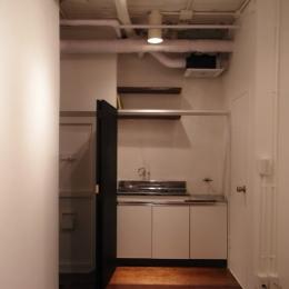 モルタルのテーブルとアクリルの収納~羊羹と寒天 (黒板のキッチン目隠し(open))