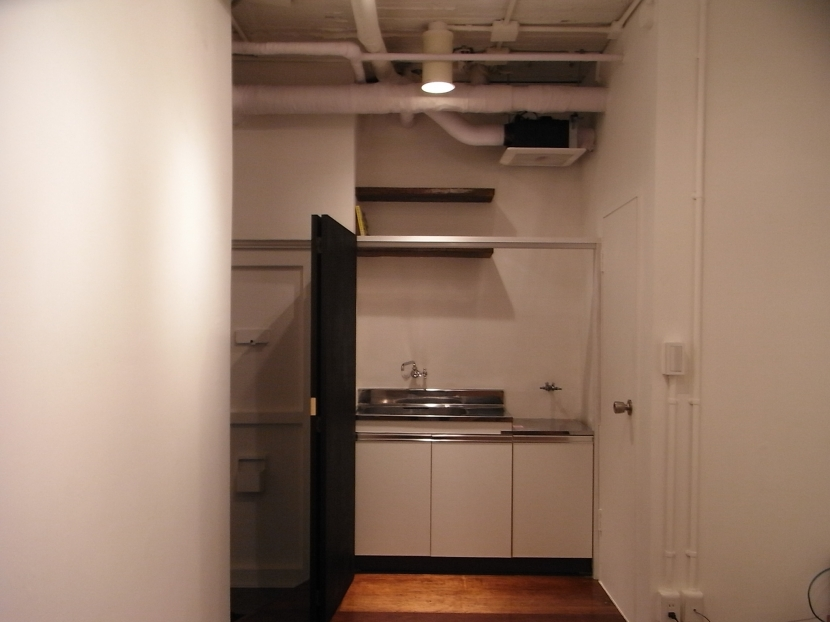 モルタルのテーブルとアクリルの収納~羊羹と寒天の部屋 黒板のキッチン目隠し(open)