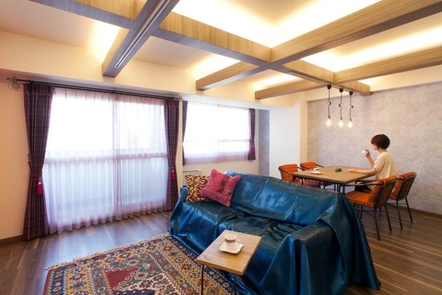 キッチュな色使いと伝統的な技術でつくる、モロッカンな家の写真 リビングダイニング
