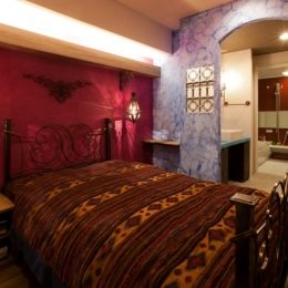 キッチュな色使いと伝統的な技術でつくる、モロッカンな家 (ベッドルーム)