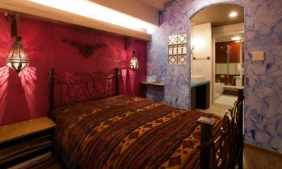 ベッドルーム|キッチュな色使いと伝統的な技術でつくる、モロッカンな家