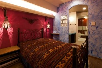 ベッドルーム (キッチュな色使いと伝統的な技術でつくる、モロッカンな家)