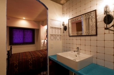 キッチュな色使いと伝統的な技術でつくる、モロッカンな家 (ユーティリティ)