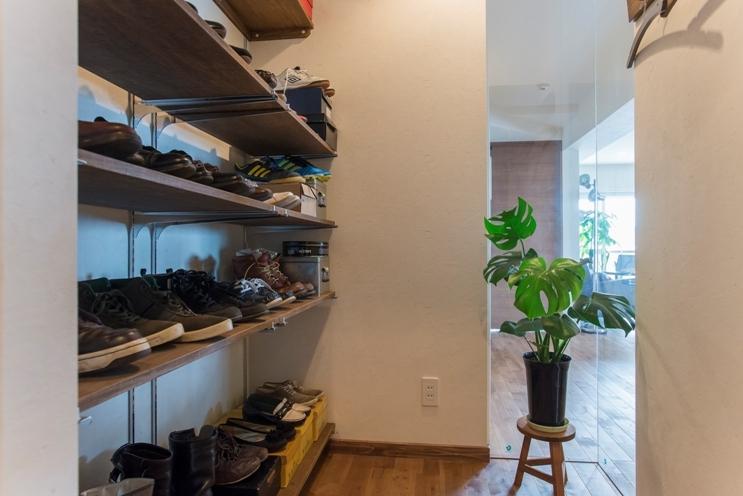 無垢のフローリングと 素材感が映えるプランニングの部屋 玄関