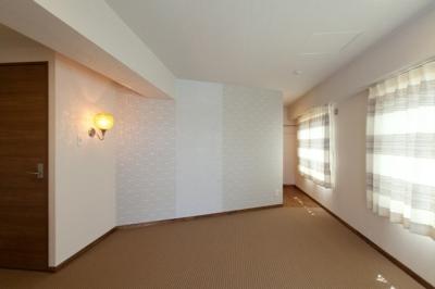 主寝室 (無垢のフローリングと 素材感が映えるプランニング)