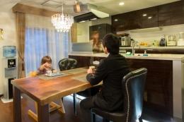 札幌の夜景が一望でき、 自然に包まれた 贅沢なマンションリノベーション (ダイニング)
