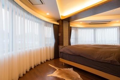 主寝室 (札幌の夜景が一望でき、 自然に包まれた 贅沢なマンションリノベーション)