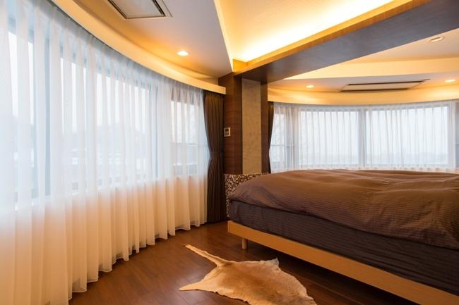 札幌の夜景が一望でき、 自然に包まれた 贅沢なマンションリノベーションの部屋 主寝室