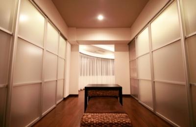 ウォークスルークローゼット (札幌の夜景が一望でき、 自然に包まれた 贅沢なマンションリノベーション)