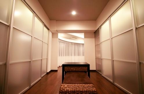 札幌の夜景が一望でき、 自然に包まれた 贅沢なマンションリノベーションの写真 ウォークスルークローゼット