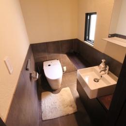 石と塗り壁の家 (シンプルな配置の小窓付きトイレ)