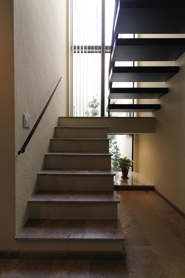 石と塗り壁の家 (光の漏れる階段)