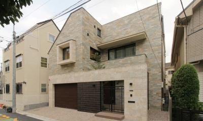 石と塗り壁の家