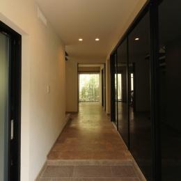 石と塗り壁の家 (玄関ホールからの廊下)