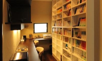 収納たっぷり書斎スペース|石と塗り壁の家